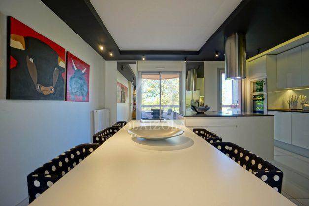 location-vacances-biarritz-appartement-T3-standing-residence-super-privee-terrasse-parking-grand-lit-ensoleillee-023