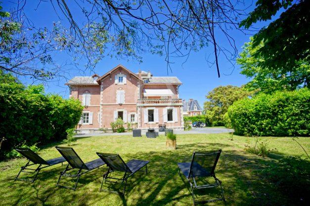 location-vacances-biarritz-appartement-t4-terrasses-jardins-proche-centre-ville-plages-standing-salon-jardin-001