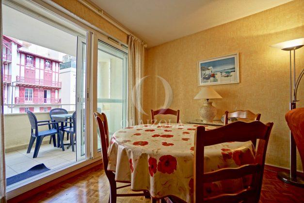 location-vacances-biarritz-appartement-proche-grande-plage-hotel-du-palais-centre-ville-parking-terrasse-balcon-plage-a-pied-2021-011